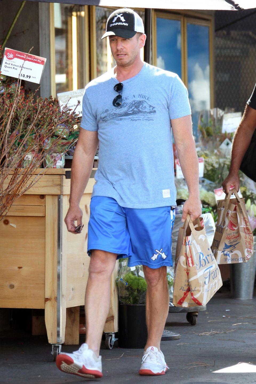 """Auch ein Serienstar und ehemaliger Chippendales-Tänzer muss mal einkaufen. Ian Ziering, bekannt aus """"Beverly Hills 90210"""" macht Besorgungen in Los Angeles. Der 52 Jährige ist verheiratet und hat zwei Kinder."""