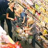 """Naomi Watts zieht mit ihren Jungs bei """"Whole Foods"""" in New York City durch die Gänge."""
