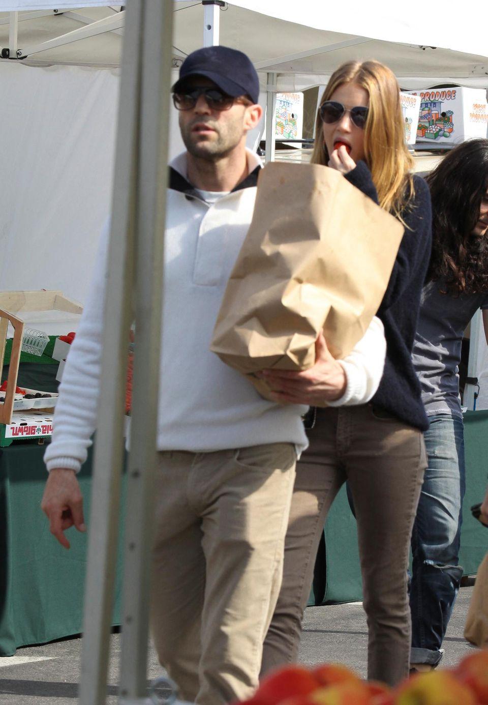 """""""Lass mich mal probieren, Darling!"""" Rosie Huntington-Whitely und Jason Statham besuchen zusammen einen Farmers Market in Malibu, Kalifornien."""
