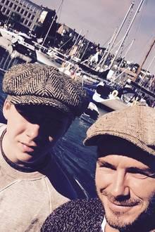 Partnerlook mit Papa: David Beckham verbringt gerne Zeit alleine mit seinem ältesten Sohn Brooklyn. Beim Fischen schützen die beiden ihre Köpfe sogar mit passenden Tweed-Schiebermützen vor der Sonne.