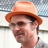 Gut gelaunt wirkt der frisch verheiratete Brad Pitt: Entsprechend farbenfroh ist demnach auch sein orangener Fleece-Trilby.