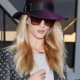Rosie Huntington-Whiteley bevorzugt bei ihrem Fedora-Hut eine kräftige Pflaumenfarbe.