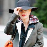 Warm eingepackt im Lagenlook schützt sich Rita Ora vor der kalten Herbstluft. Damit sie auch am Kopf nicht friert, trägt sie einen lässigen Schlapphut aus Filz.