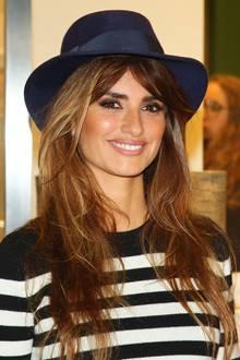 Penélope Cruz bringt mit ihrem dunkelblauen Fedora-Hut zum Streifen-Pullover lässig-maritimen Flair auf eine Shoperöffnung in Mailand.