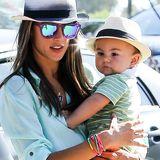 Wie die Mutter, so der Sohn: Alessandra Ambrosio und ihr Sohn Noah schützen sich vor der kalifornischen Sonne mit kühlenden Trilbys in weiß und schwarz.