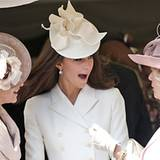 Farblich aufeinander abgestimmt in Weiß- und Rosatönen haben Gräfin Sophie, Herzogin Catherine und Herzogin Camilla ihre kunstvo