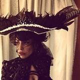 Via Twitter teilt Lady GaGa ihre Freude über einen neuen Hut. Entworfen hat das Feder-Prachtstück Matthias Lavesson.