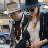 Johnny Depp trägt seinen beigen Hut so oft, dass dieser schon auseinanderfällt. Praktisch, dass seine Verlobte Amber Heard seine Vorliebe für Kopfbedeckungen zu teilen scheint.