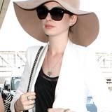 Elegant, clean und dabei doch ein toller Hingucker: Anne Hathaway beweist Mut zum Hut - und echtes Stilgespür.