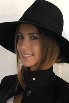 In der kalten Jahreszeit setzt auch Cathy Hummels auf einen schützenden, großen Hut mit extrabreiter Krempe, den sie zum Mantel mit Stehkragen stylt.
