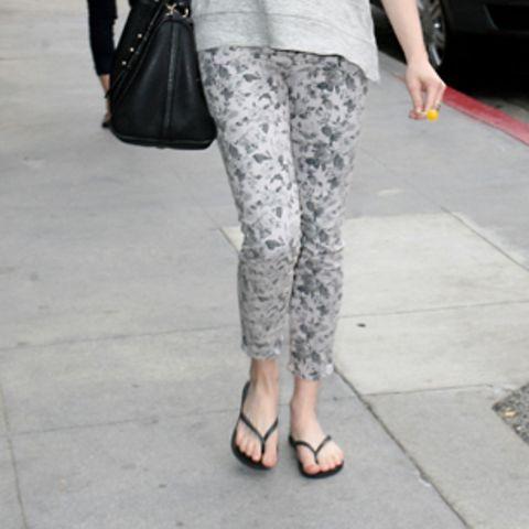 Unauffällig, gemütlich und doch sportlich: Amanda Seyfried kann mit ihren schwarzen Flip-Flops nichts falsch machen.