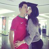 """Dezember 2013  Model Irina Shayk knutscht beim Besuch des """"CR7""""-Museums in Portugal die Wachsfigur ihres Freundes Cristiano Ronaldo."""