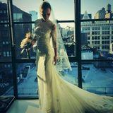 Oktober 2013  Christina Ricci heiratet ihren Partner James Heerdegen in New York und zeigt ihren Fans auf Twitter, wie sie vor den Altar tritt.