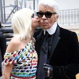 """Oktober 2013  Cara Delevingne zeigt auf Twitter dieses Bild von sich und Karl Lagerfeld und schreibt dazu """"liebe dich""""."""