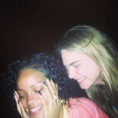 """Dezember 2013  Cara Delevigne macht gerade Urlaub in Rihannas Heimat Barbados - beide treffen sich nachts am Strand zum """"Crab Hunting"""" und teilen ihren Spaß auf Instagram."""