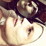 """Dezember 2013  Heidi Klum postet am 2. Weihnachtstag ein Foto von sich mit Gesichtsmaske: """"Facial time ;)"""""""
