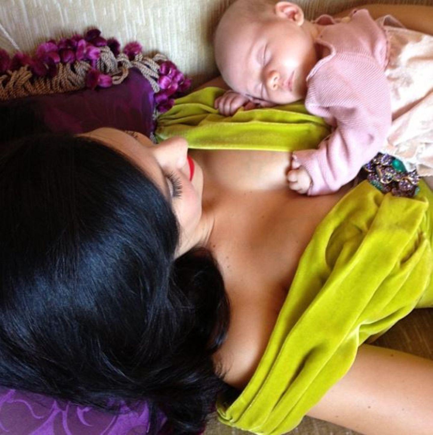Oktober 2013  Hilaria Baldwin entspannt sich in einer Shootingpause mit ihrer drei Wochen alten Tochter Carmen.