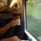 """Oktober 2013  Der finnische """"The Voice of Germany""""-Juror Samu Haber entspannt sich bei einem Kaffee während der Bahnfahrt von Hamburg nach Berlin."""