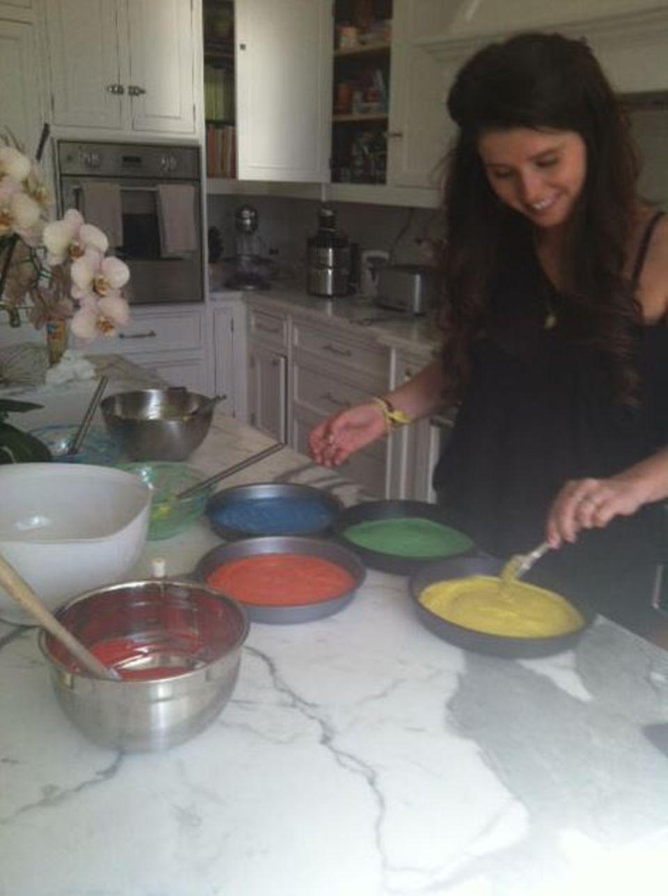Maria Shriver twittert ein Bild von Tochter Katherine, die einen Regenbogenkuchen backt.
