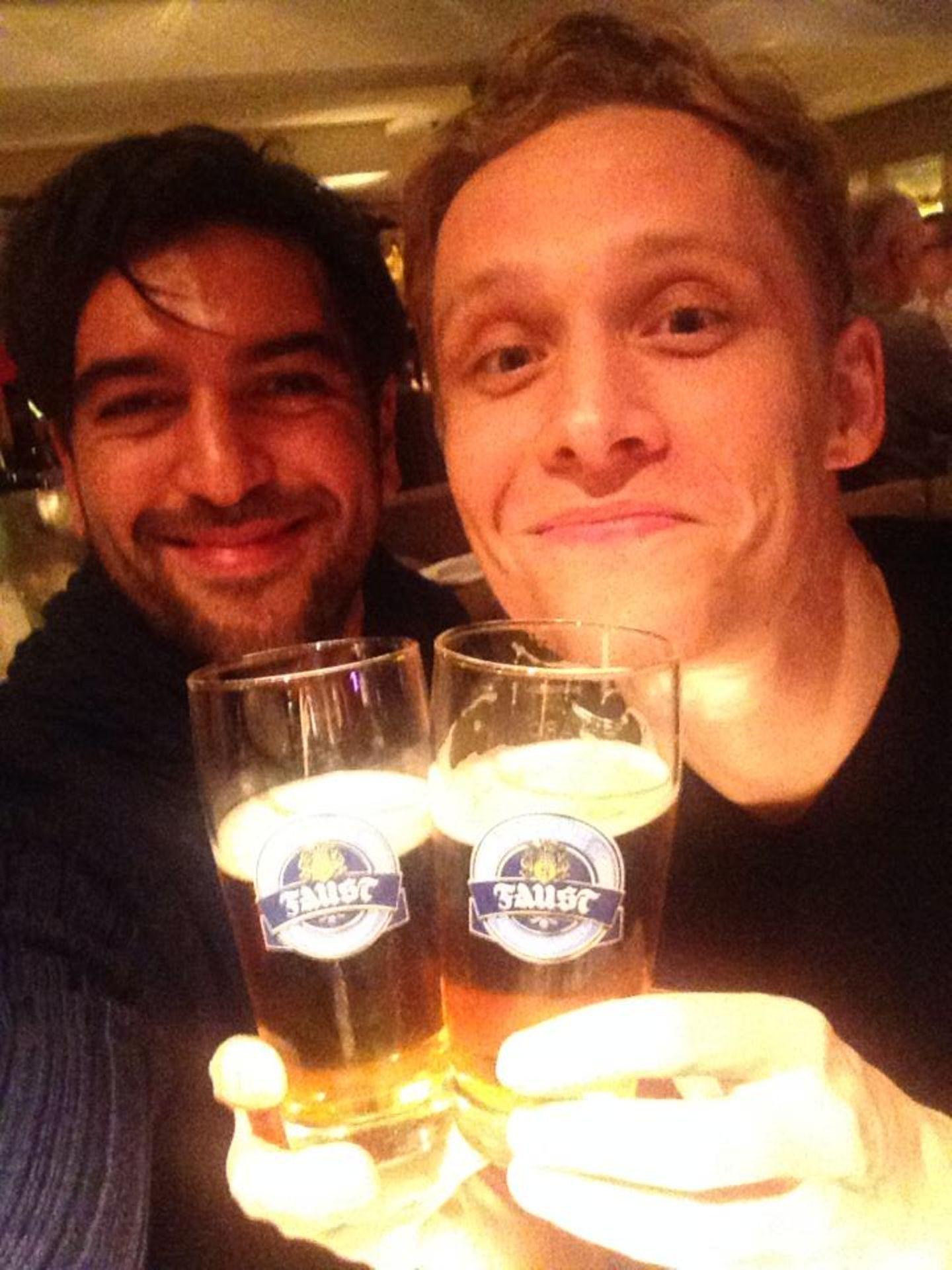 """November 2013  Elyas M'Barek und Matthias Schweighöfer trinken gemeinsam das eine oder andere """"Faust""""-Bierchen."""