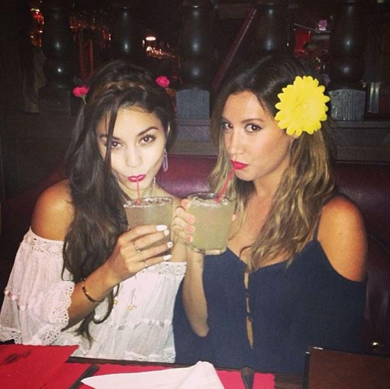 """Vanessa Hudgens und Ashley Tisdale feiern den """"Cinco de Mayo"""", ein mexikanischer Feiertag, und stoßen mit Cocktails an."""