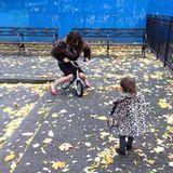 """November 2013  Ex-""""Vogue""""-Chefin Carine Roitfeld beschreibt auf Twitter ihren """"perfekten Tag"""" - mit der Enkelin im Hinterhof Tretroller fahren."""