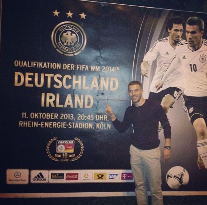 Oktober 2013  Lukas Podolski twittert vor dem letzten WM-Qualifikationsspiel der deutsche Nationalmannschaft aus dem ehemals heimischen Stadion in Köln.