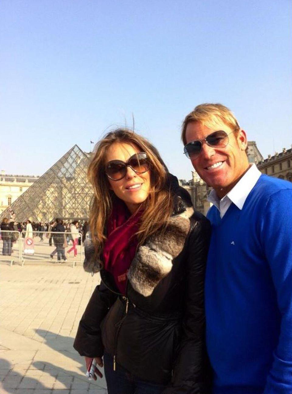 Liz Hurley ist mit ihrem Verlobten Shane Warne im Osterurlaub in Paris. Die Sehenswürdigkeiten, wie den Louvre, teilt sie auch mit den Fans.