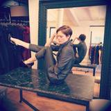 Dezember 2013  Coco Rocha demonstriert ihren Followern über Twitter wie man als Model die Pausen am Set verbringt.