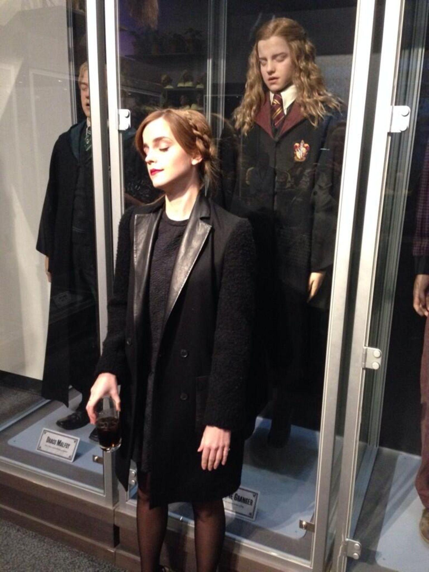 """November 2013  Emma Watson besucht die """"Harry Potter World"""" in Watford in der Nähe von London und twittert: """"Ich hab's immer noch drauf""""."""