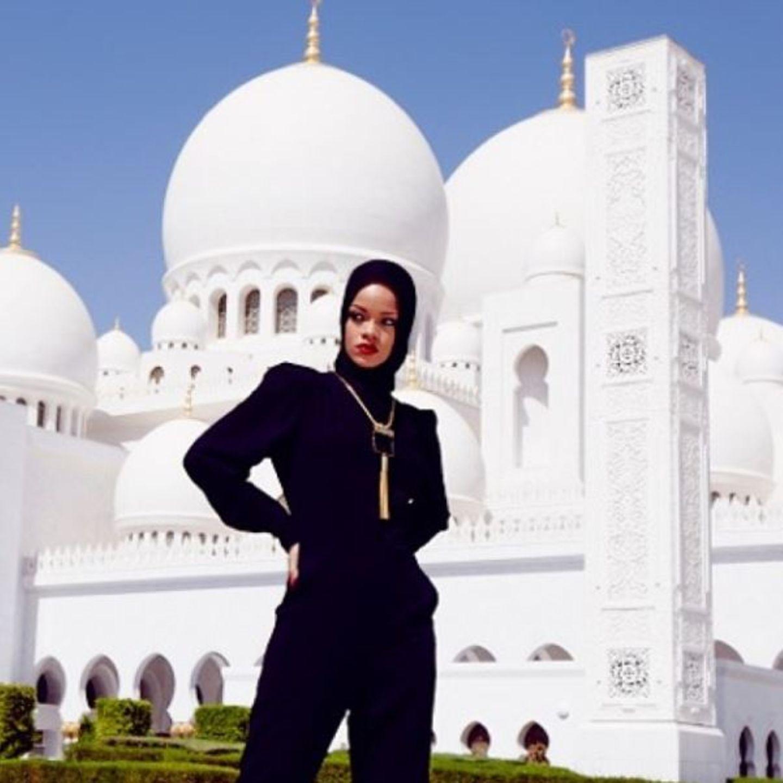 Oktober 2013  Rihanna erregt gerne Aufsehen - auch in Abu Dhabi bei diesem Fotoshooting.