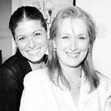 """Oktober 2013  Voller stolz postet Debra Messing ein Foto von sich und Meryl Streep. """"Ok, die Fans sind heiß!! Hier ist ein Foto von mir uns meiner Heldin (!!!) #merylstreep."""""""