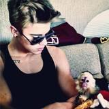 """31. März 2013: Justin Bieber ist auf Tour durch Deutschland und wollte eigentlich auch sein Kapuzineräffchen, das er zum 19. Geburtstag geschenkt bekommen hatte, bei sich haben. Doch schon bei der Einreise wurde Mally vom Zoll in München beschlagnahmt, weil für das Tier keine Papiere und tierärztliche Unterlagen vorgelegt werden konnten. Laut """"Bild""""-Zeitung wartet das Äffchen jetzt darauf, dass Justin Bieber es aus einem Münchner Tierheim abholt. Bis zum 6. April ist der Sänger in Deutschland auf Tour."""