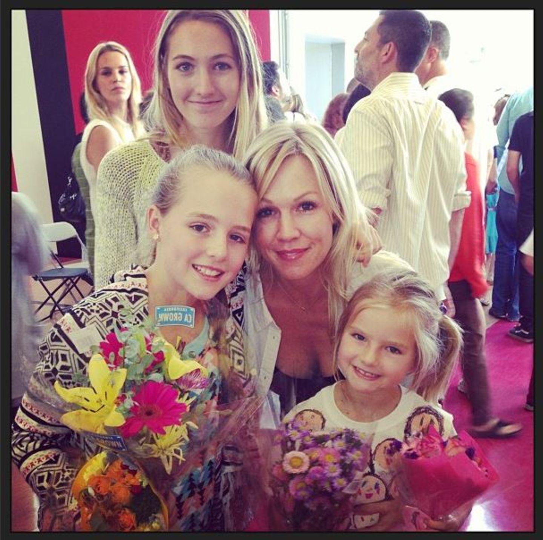 Jennie Garth postet bei Twitter ein Foto von sich als stolze Mutter mit ihren drei Töchtern.