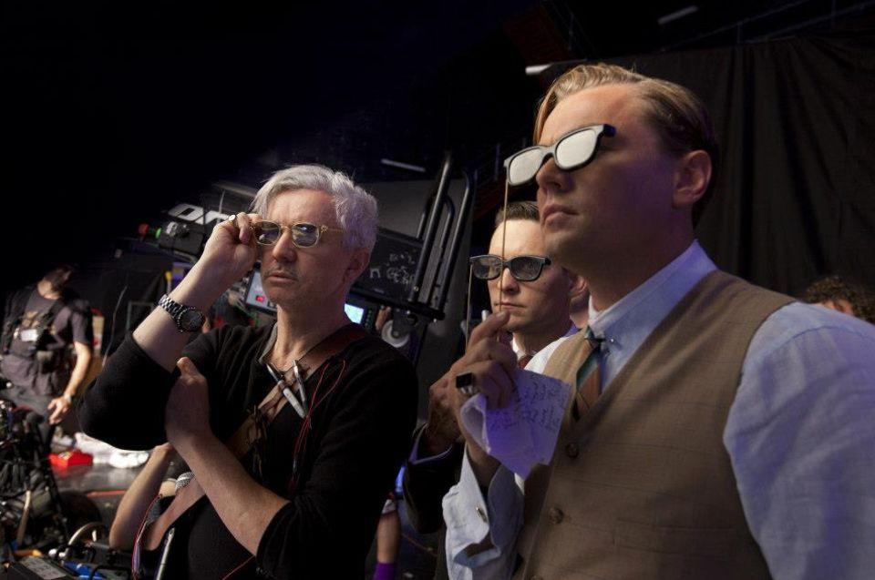 """Leonardo DiCaprio schaut sich mit Co-Star Tobey Maguire und Regisseur Baz Luhrmann schon mal erste Szenen aus dem Film """"The Great Gatsby"""" an - natürlich mit passender 3D-Brille."""