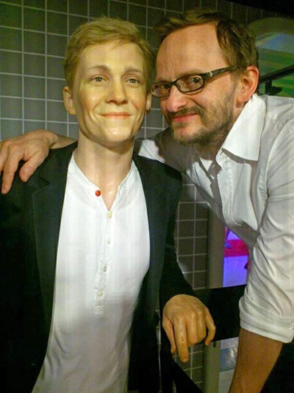 """Wer ist denn nun aus Wachs? Matthias Schweighöfer postet dieses Foto vom Besuch des Schauspielkollegen Milan Peschel bei Schweighöfers Wachsfigur im """"Madame Tussauds"""" in Berlin. Dazu schreibt er: """"Schaut mal! Jetzt gibt es Milan Peschel auch als Wachsfigur. Habe ihn mir eben bei Madame Tussauds angeschaut..."""""""
