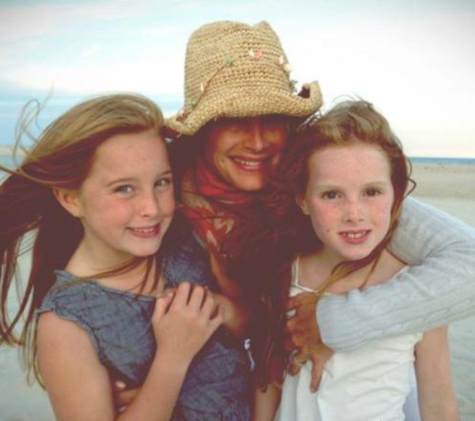 September 2013  Brooke Shields genießt mit ihren Töchtern einen letzten Sommertag am Strand.