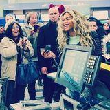 """Dezember 2013  Da staunten Kunden der amerikanischen Ladenkette """"Walmart"""" sicher nicht schlecht: Sängerin Beyoncé schaute in einer Filiale in Massachusetts vorbei und teilte Einkaufsgutscheine aus."""