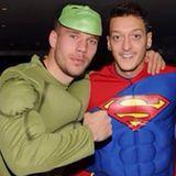 """Dezember 2013  Was ist wohl besinnlicher als zur Weihnachtsfeier in ein """"Hulk""""- oder """"Superman""""-Kostüm zu schlüpfen? Das denken sich auch Lukas Podolski und Mesut Özil und treffen sich so zum Abendessen mit ihren Teamkollegen des FC Arsenal."""