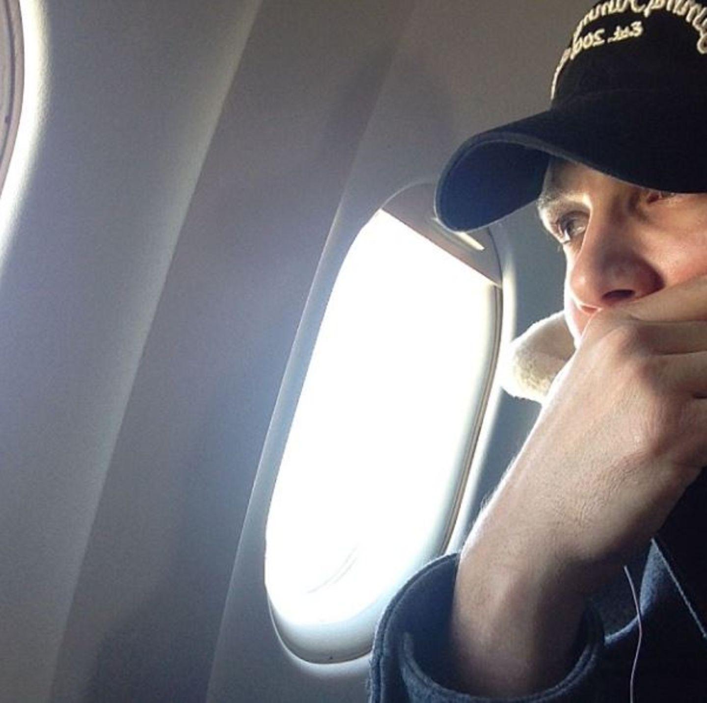 November 2013  James Franco twittert ein Bild aus dem Flugzeug vom Rollfeld in Los Angeles. Seine Maschine kann wegen einer Schießerei, bei dem ein Sicherheitsbeamter getötet wurde, nicht starten.