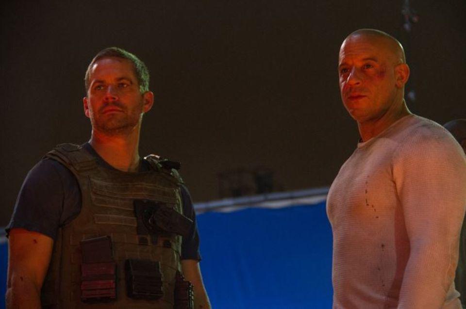 """Dezember 2013  Als Vin Diesel und Paul Walker diese Szene für """"Fast and Furious 7"""" (ab 10. April 2015 in den Kinos) drehten ahnten sie noch nicht, dass es ihre letzte gemeinsame sein würde. Paul Walker starb am 30. November 2013 bei einem Autounfall."""