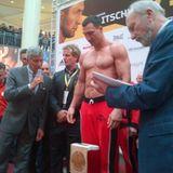 Oktober 2013  Das offizielle Wiegen vor dem Kampf: Wladimir Klitschko steigt in Moskau gegen den Russen Alexander Povetkin in den Ring. Michalel Buffer ist vor Ort, um Klitsckos Gewicht von 109,6 Kilogramm zu verkünden.