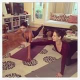 Oktober 2013  Miranda Kerr startet mit einer Gesichtsmaske und Yoga in die Woche.
