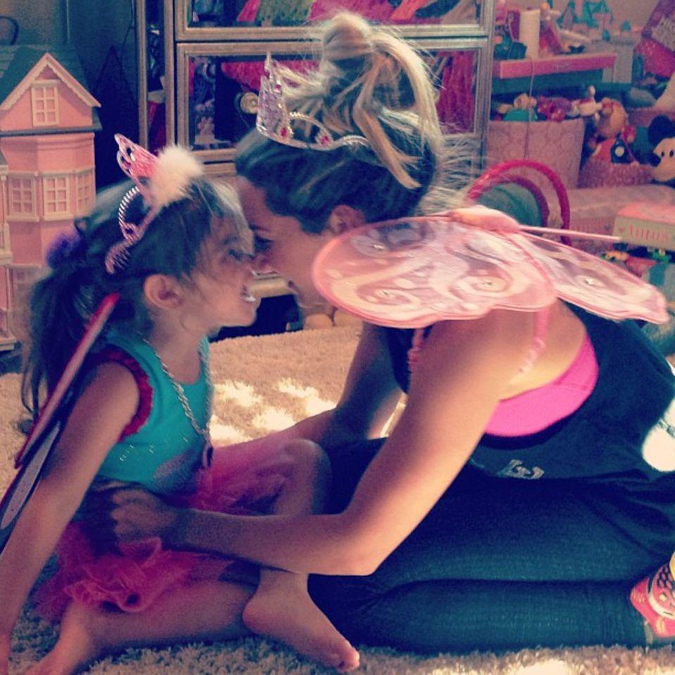 Ashley Tisdale zeigt sich mit ihrer kleinen Nichte im Prinzessinnenlook.