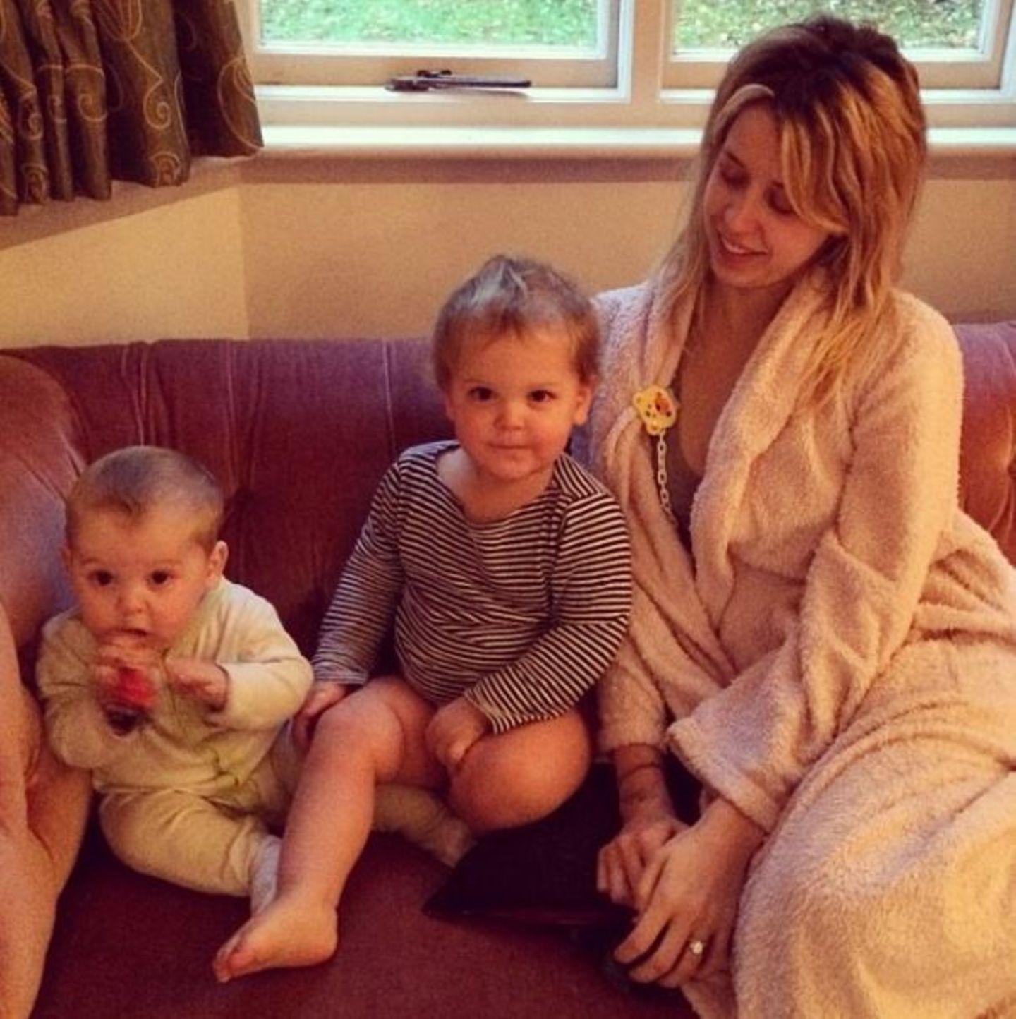 November 2013  Peaches Geldof lässt den Morgen mit ihren Jungs Phaedra und Astala ganz gelassen angehen.