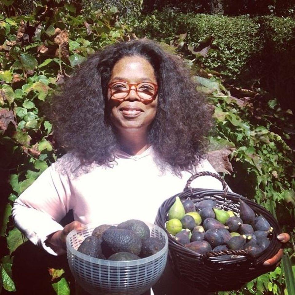 September 2013  Stolz präsentiert Oprah Winfrey ihre selbst geernteten Feigen und Avocados.