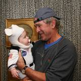 Oktober 2013  Ex-Präsident George W. Bush ist ganz verzückt über das Astronautenkostüm seiner Enkelin Margaret.
