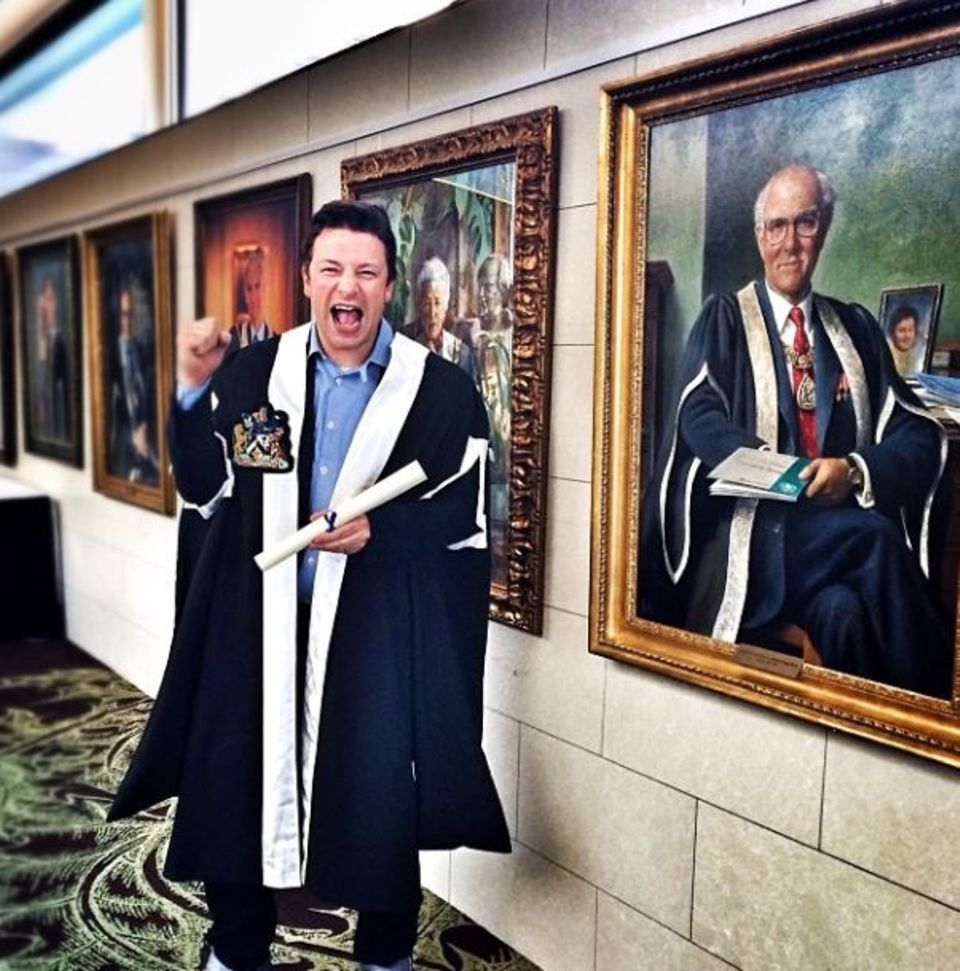"""7. November 2013: Starkoch Jamie Oliver freut sich riesig über seine Auszeichnung vom """"Royal Collage of General Practitioners"""" für seine Bemühungen um gesundes und ausgewogenes Essen an Schulen."""