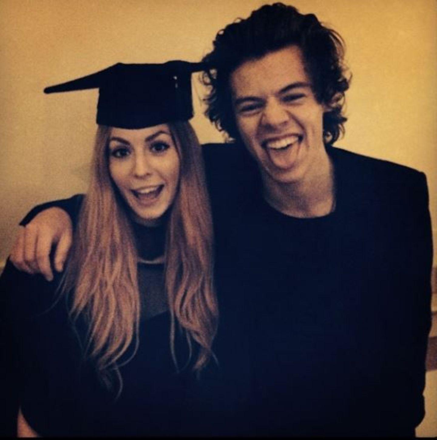 November 2013  Harry Styles ist stolz auf seine ältere Schwester, die ab sofort erfolgreiche Absolventin ist.