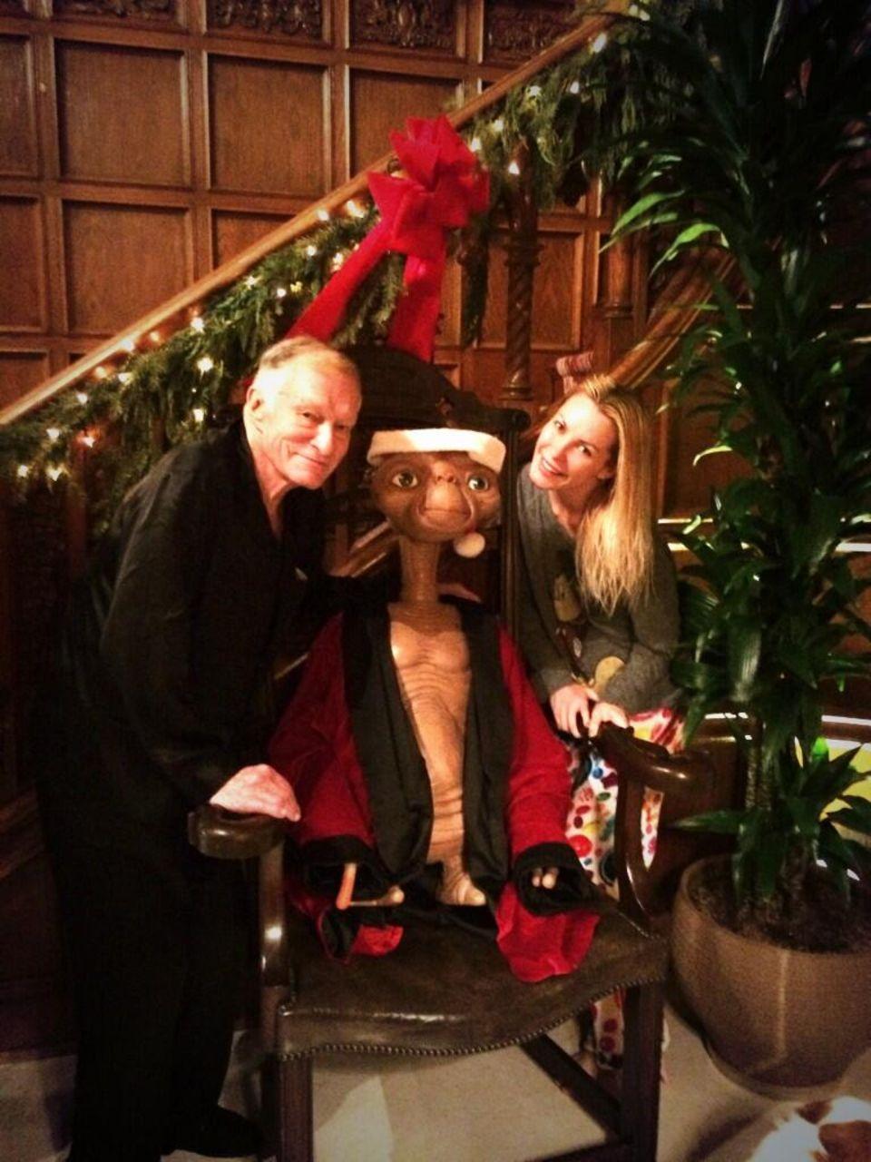 """Dezember 2013  Hugh Hefner und Ehefrau Crystal teilen ihren Followern auf ganz besondere Weise mit, welchen Film sie sich anschauen - E.T. ist zu Besuch in der """"Playboy Mansion""""."""